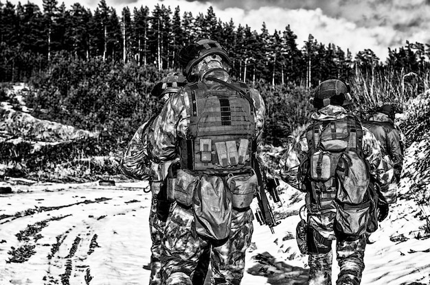 Двое бойцов спецподразделения готовятся к выполнению опасного задания. смешанная техника