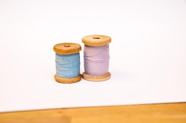 白い背景の上の糸の2つのスプール