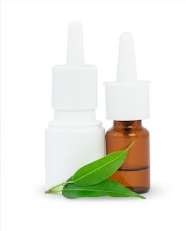 白い表面に分離された緑の葉を持つ薬の2つのスプレーボトル