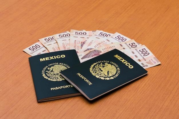 두 개의 누적 된 멕시코 여권.