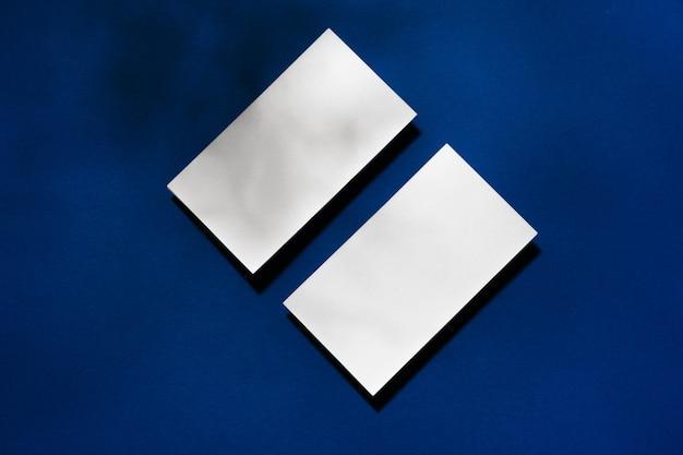 青い表面に空白の名刺の2つのスタック