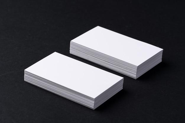 검은 배경에 비즈니스 카드의 두 스택