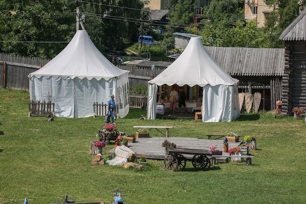 Два ларька на ярмарке на территории торжокского кремля в тверской области россия