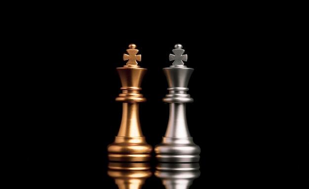 Две стойки золотых и серебряных королевских шахмат. победитель бизнес-альянса и концепции планирования маркетинговой стратегии.