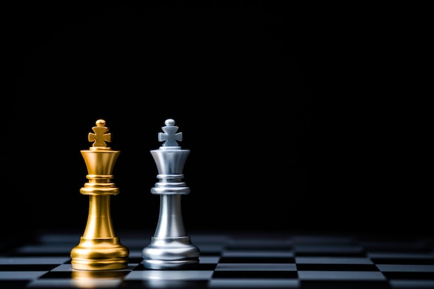 골든 킹 체스와 실버 킹 체스의 두 스탠드. 비즈니스 제휴 및 마케팅 전략 기획 개념의 우승자.
