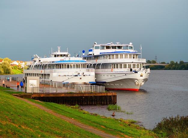Два парохода на фоне берега реки