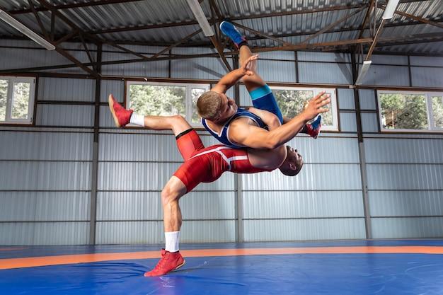 青と赤のレスリングタイツの2人の強い男性