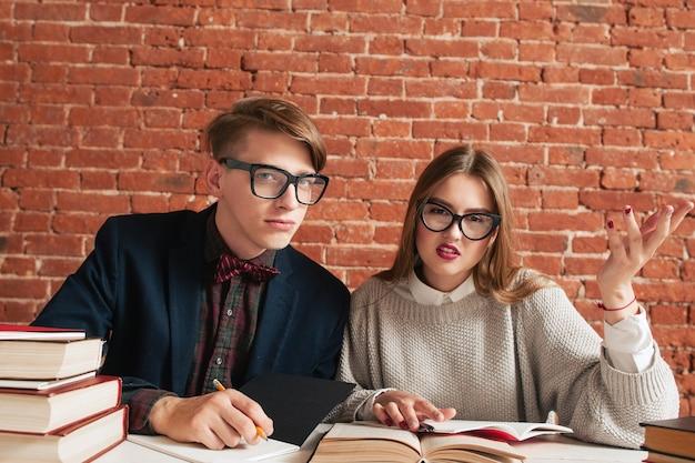 학업에 침입하여 불쾌한 두 학생