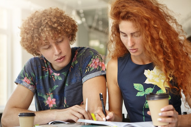 コーヒーショップlで一緒に働いている2人の学生