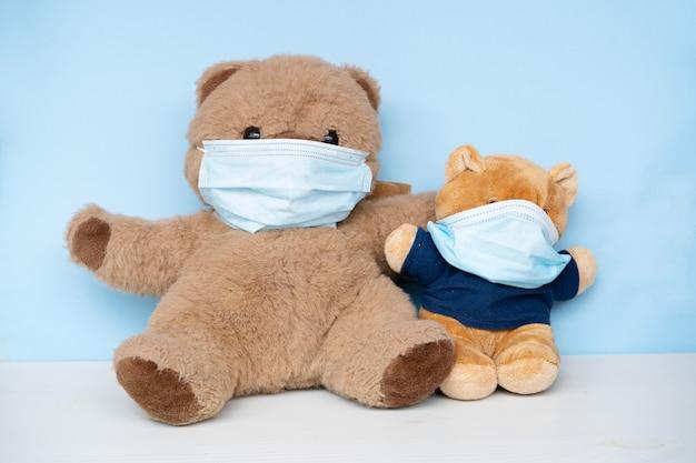 保護用医療用フェイスマスクを着用した2匹のぬいぐるみクマ