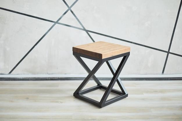 木と金属で作られた2つのスタイリッシュな椅子。コピースペースのある写真