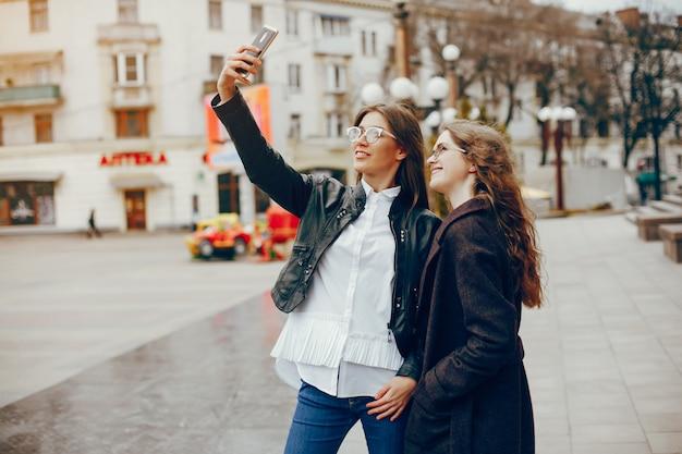 都市の2人のスタイリッシュな女の子