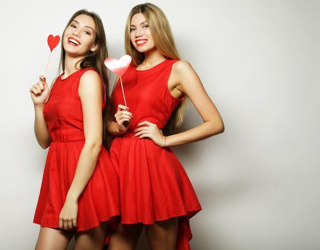 Две стильные сексуальные девушки лучшие друзья готовы к вечеринке