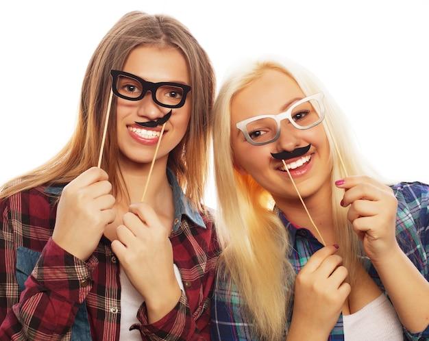 Две стильные сексуальные хипстерские девушки лучшие друзья готовы к вечеринке, на белом фоне