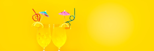 Два летних коктейля с соломинкой на желтом