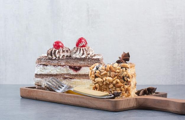 Due dolce delizioso pezzo di torte con anice stellato su tavola di legno.