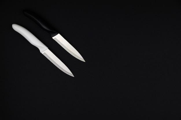 두 개의 테이블 나이프 검정색과 흰색 검정색 배경에