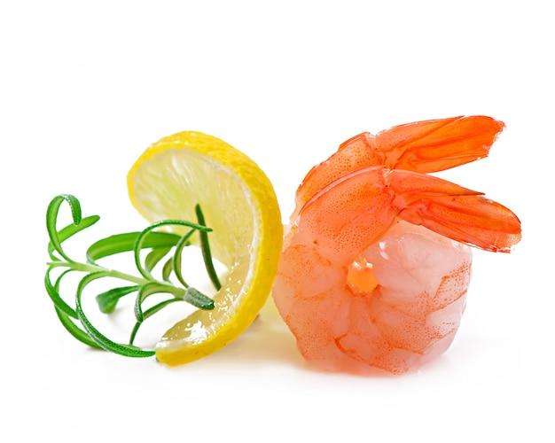 白の新鮮なレモンとローズマリーとエビの2つの尾