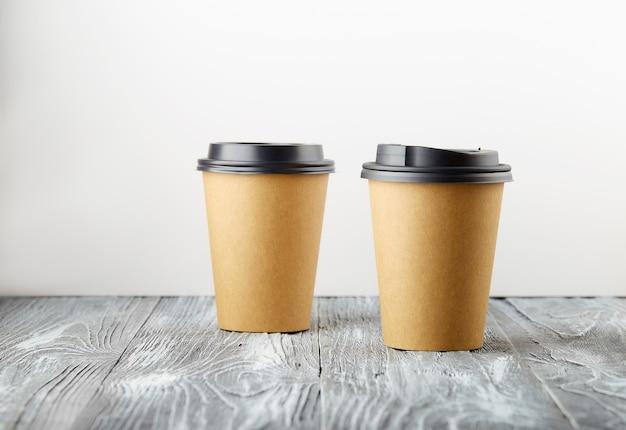 2 회색 나무 배경에 종이 커피 컵을 빼앗아