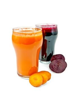 당근 주스와 비트 두 잔, 흰색 배경에 격리된 야채