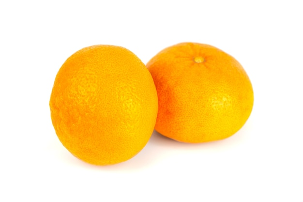 白い生の果物に2つのみかん(マンダリン)