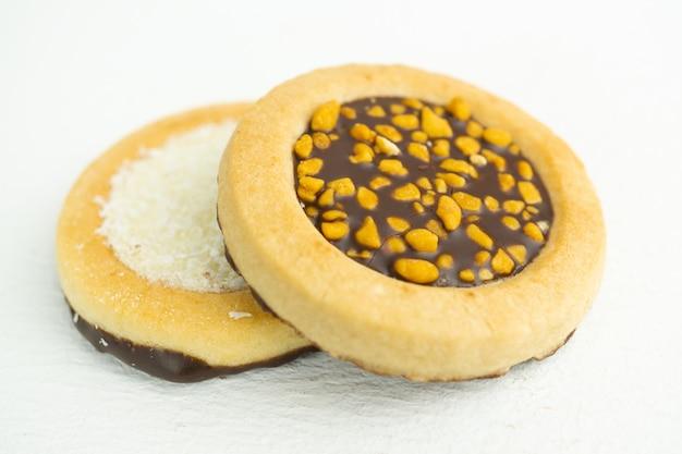 초콜릿 너트와 코코넛 필을 넣은 타르트 2개