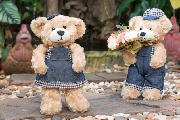 Два плюшевых медведи на фоне сада