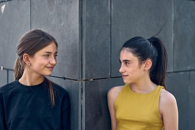 高校に入学する前の2人の10代の少女