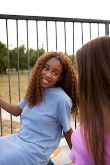 스케이트장에서 함께 시간을 보내는 두 십대 소녀