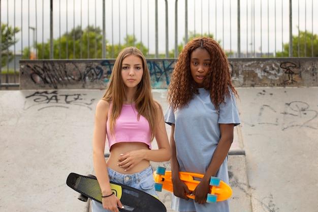 スケートリンクの公園で一緒に時間を過ごす2人の10代の少女