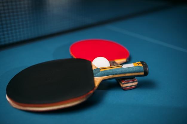 2つのテニスラケットとボールのテーブルのクローズアップ