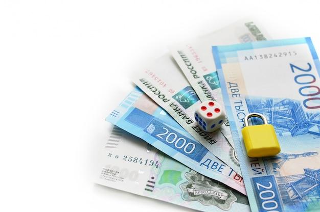 Две тысячи рублей с одной купюрой. новая российская банкнота в две тысячи рублей в 2017 году. наличные бумажные синие деньги.