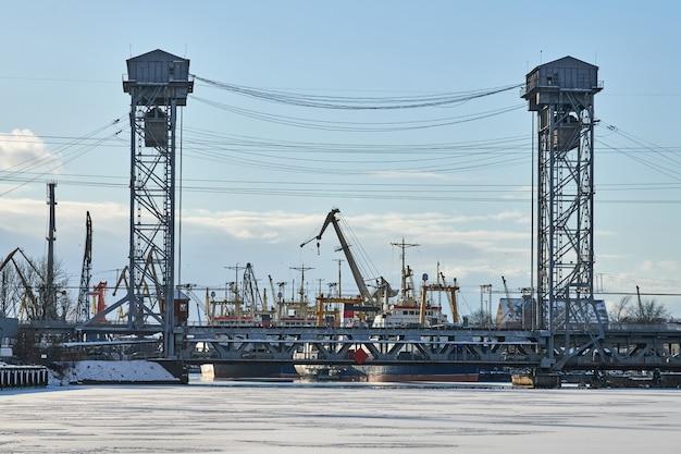 철도 차량 도로가 있는 2단 수직 승강교. 산업 풍경입니다. 칼리닌그라드 시의 이층 다리.