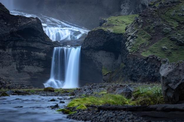 Двухуровневый водопад офаеруфосс в каньоне эльджья, в центральной исландии.