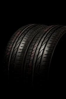 두 개의 타이어가 가까이