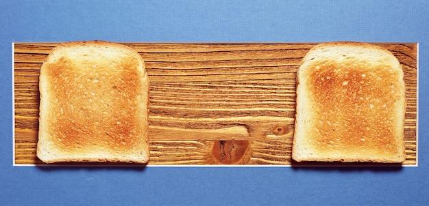 나무 배경에 두 개의 토스트 빵, 위쪽