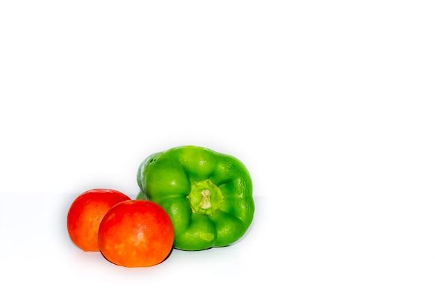 흰색 배경에 격리된 두 개의 토마토와 고추 녹색 칠리, 건강한 야채 개념 사진