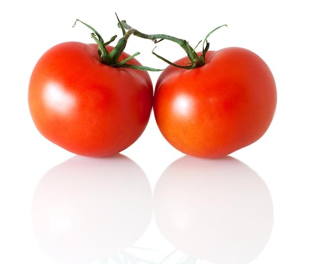 흰색 절연 지점에 두 토마토