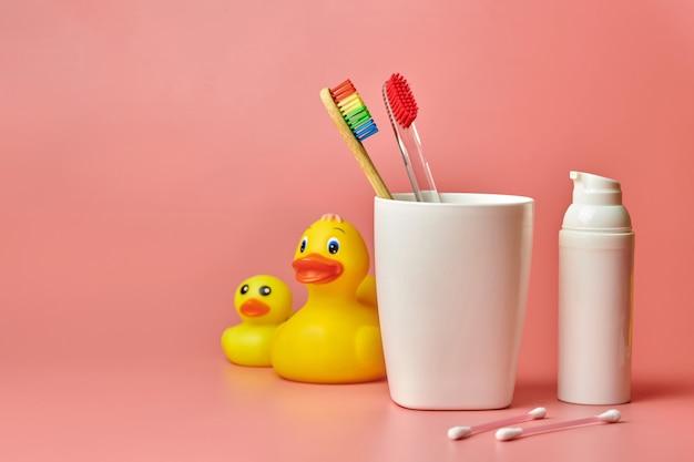 2本の歯ブラシ、コピースペース。バスルームの口腔とパーソナルケアツールを保護します。