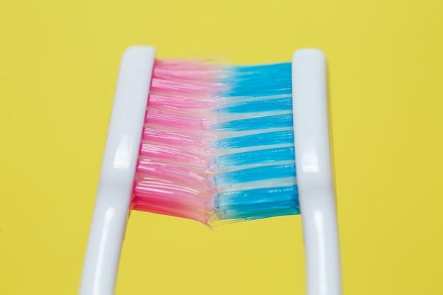 Две зубные щетки розовые и голубые. концепция зубной щетки для пары, живущей вместе как начало семьи