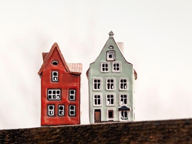 白い背景の上の2つのおもちゃの家。不動産、建設、賃貸住宅のコンセプト。