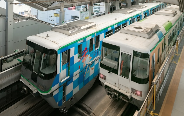 두 개의 기차가 지하철 역에 있습니다.
