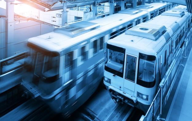 地下鉄の駅に2本の電車があります