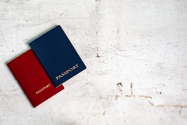 두 여행자 여권 빨간색과 파란색. 여행 컨셉입니다.