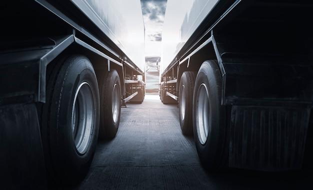2개의 트럭 트레일러 주차 산업 화물 화물 트럭 운송