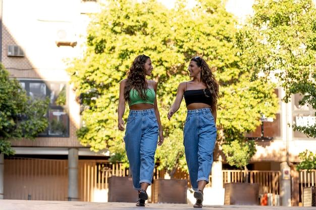 街を歩く2人の双子の姉妹