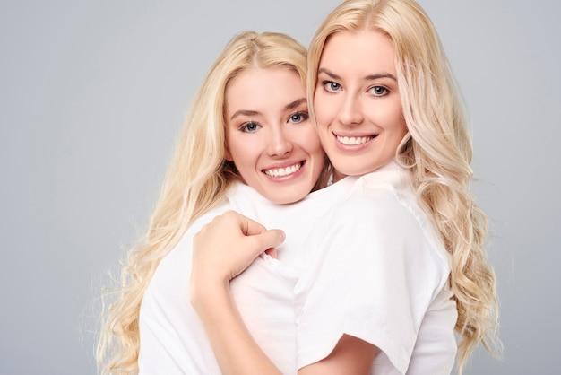 1枚の大きなtシャツを着た2人の双子
