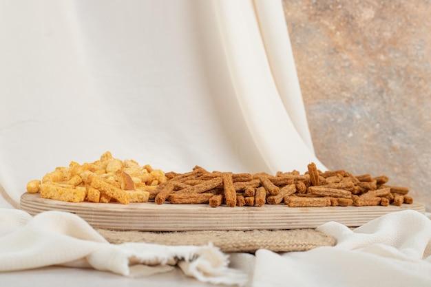 Два вида сухарей на деревянной доске