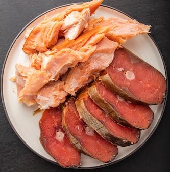 Два вида рыбы холодного и горячего копчения. закуска к пиву. вид сверху