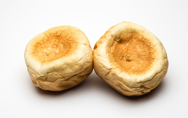 흰색 바탕에 거꾸로 된 햄버거 빵 두 개를 닫습니다. 프리미엄 사진
